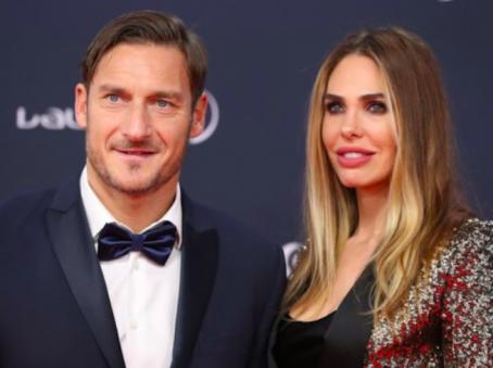Francesco Totti e Ilary Blasi come Sandra e Raimondo in una sitcom?